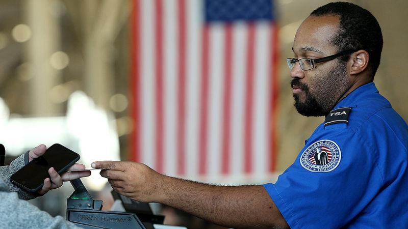 Agentes de aduanas de EE.UU. obligan a un científico de la NASA a mostrar el contenido de su smartphone