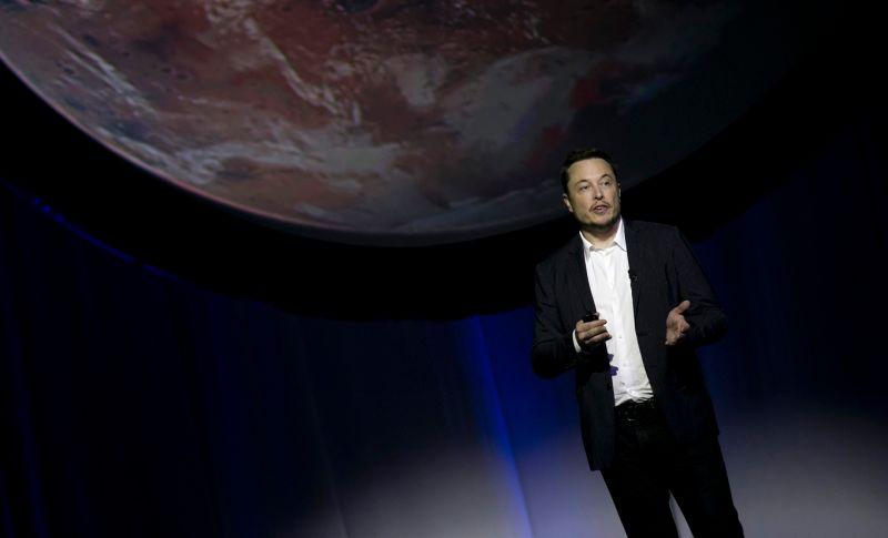"""Elon Musk dice que los humanos deben """"fusionarse"""" con las máquinas o serán irrelevantes ante la I.A."""